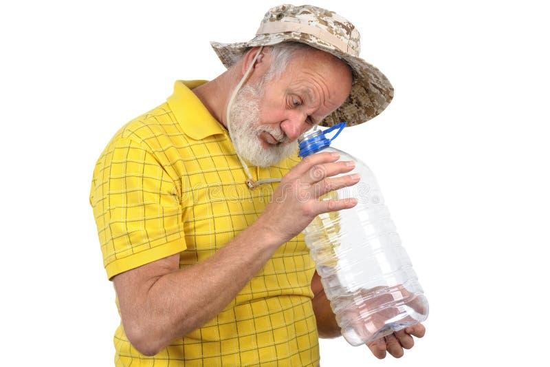 Hogere mens die lege fles onderzoeken stock afbeelding