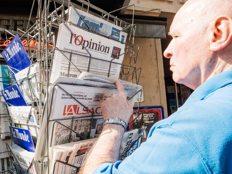Hogere mens die meldend presidentiële inaug van de overdrachtceremonie kopen royalty-vrije stock foto's