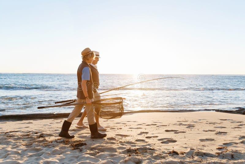 Hogere mens die met zijn kleinzoon vissen royalty-vrije stock foto's
