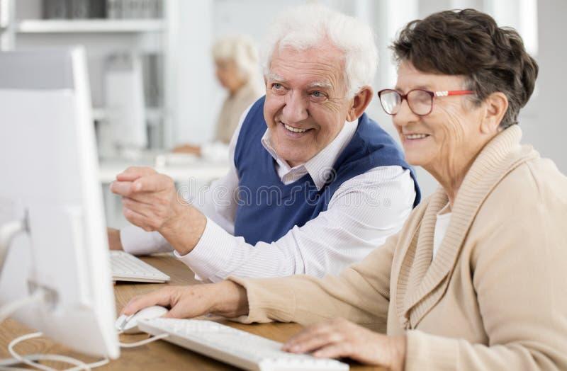 Hogere mens die op het scherm richten royalty-vrije stock foto