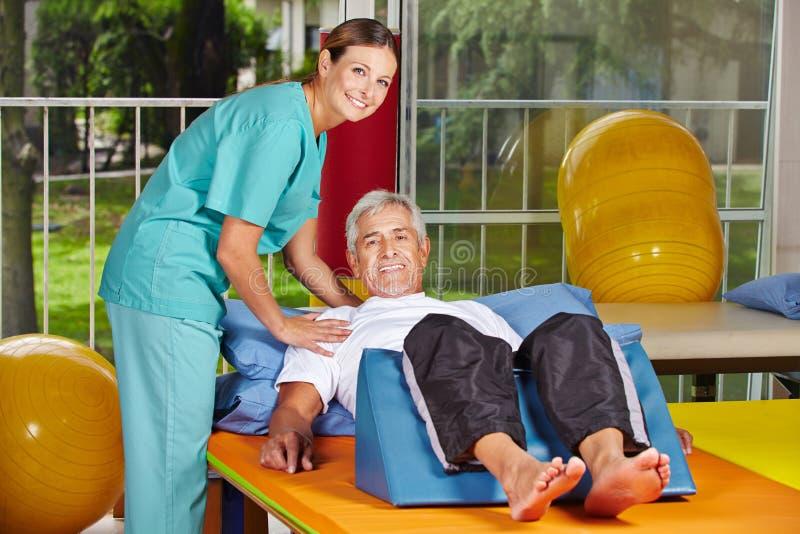 Hogere mens die rehab krijgen bij stock afbeeldingen