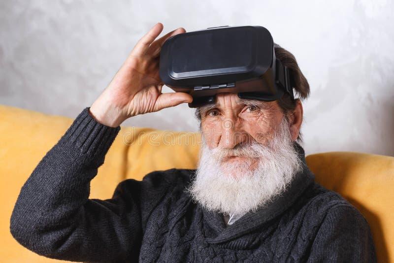 Hogere Mens die VR-Beschermende brillen gebruiken royalty-vrije stock foto's