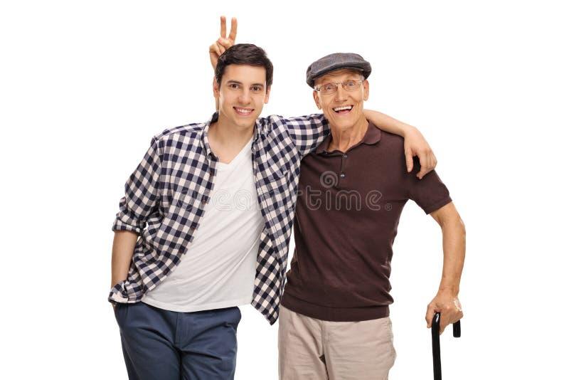 Hogere mens die zijn kleinzoon pranking stock afbeelding
