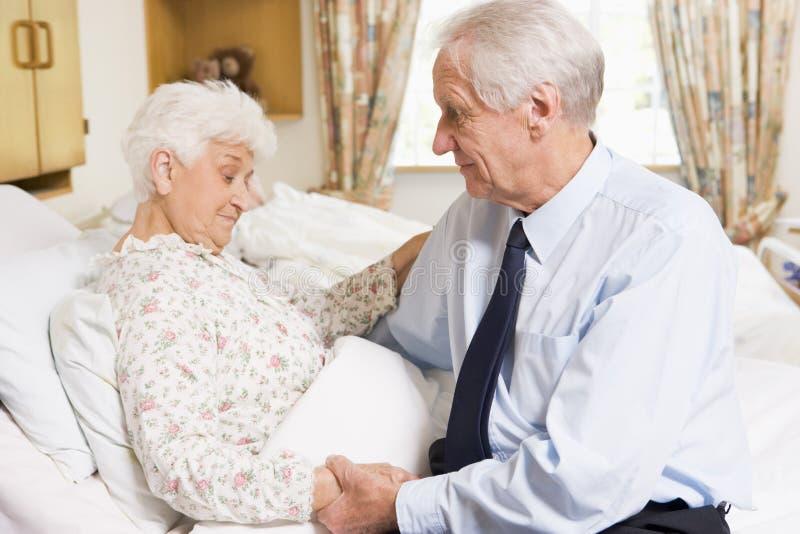 Hogere Mens die Zijn Vrouw in het Ziekenhuis bezoekt stock afbeelding