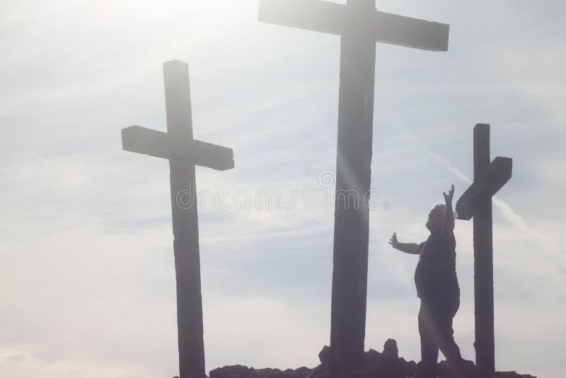 Hogere Mens bij het Kruis stock fotografie