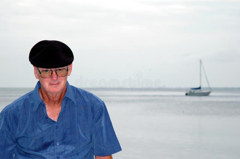 Hogere mens door het Overzees royalty-vrije stock afbeelding