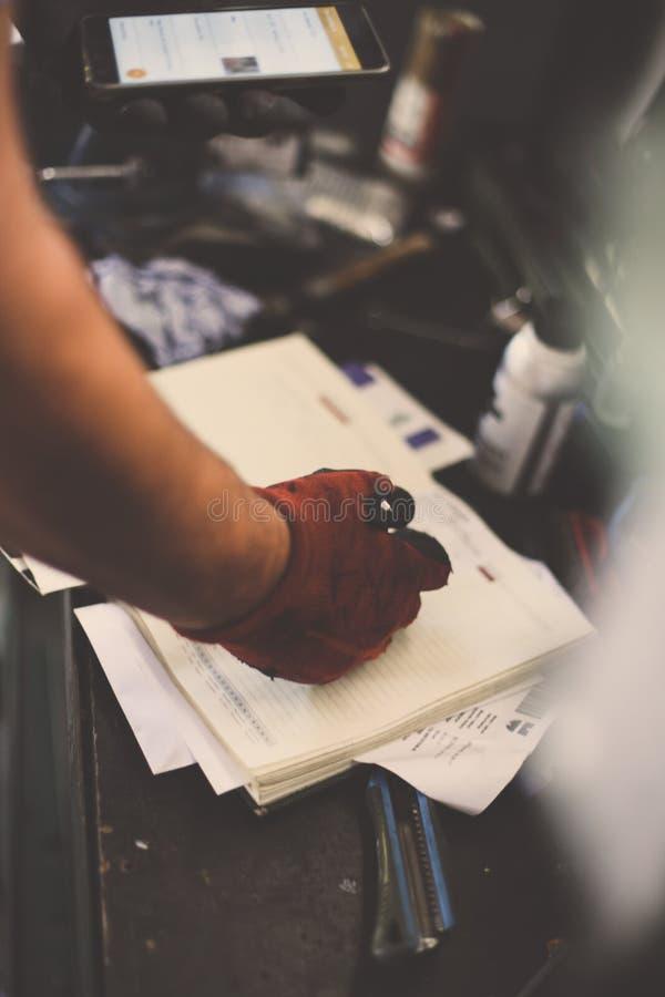Hogere mens het schrijven verplichtingen in zijn nota's en royalty-vrije stock foto's