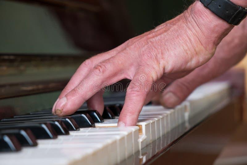 Hogere mens het spelen piano stock fotografie