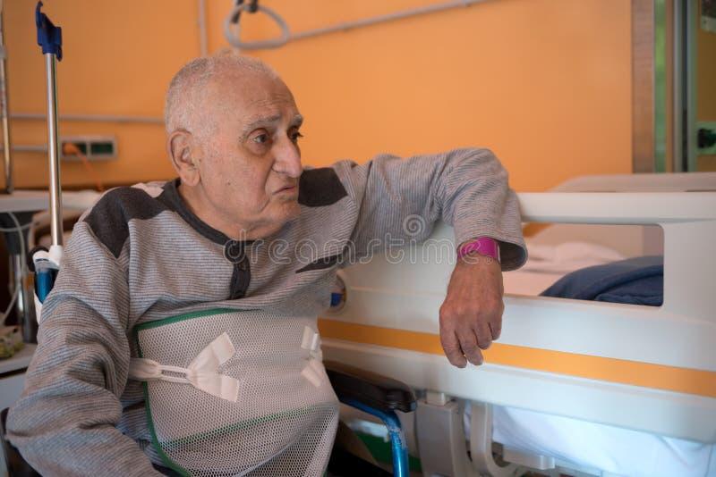 Hogere mens in het ziekenhuis stock afbeelding