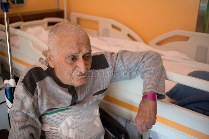 Hogere mens in het ziekenhuis stock foto's