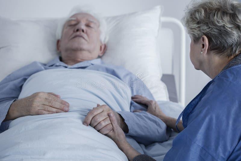 Hogere mens in het ziekenhuis stock afbeeldingen