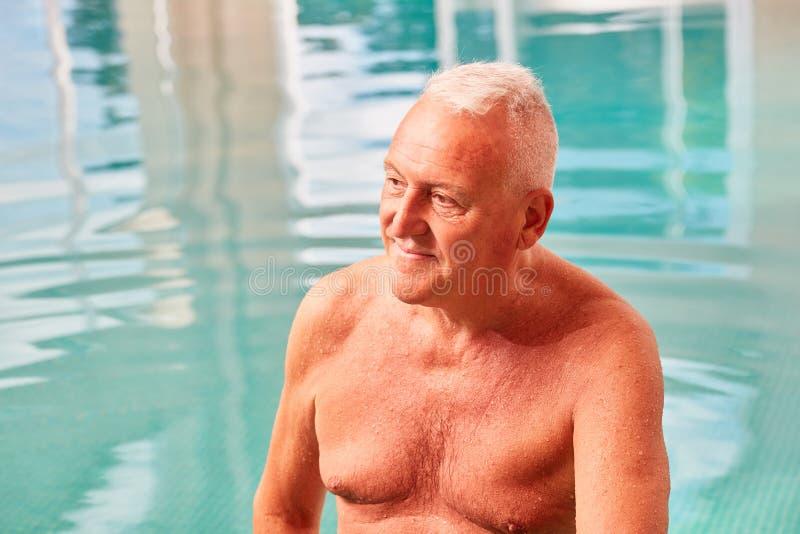 Hogere mens in het zwembad in een kuuroord royalty-vrije stock fotografie