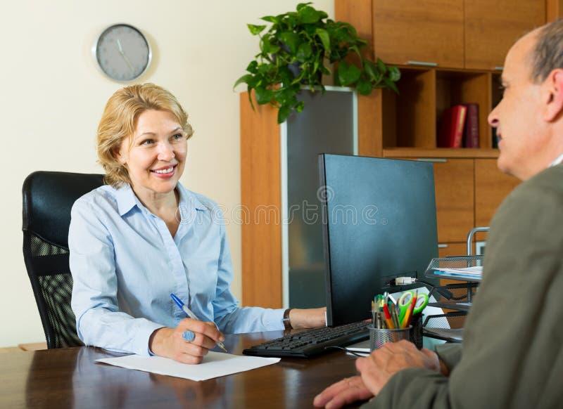 Hogere mens met bankdirecteur stock foto