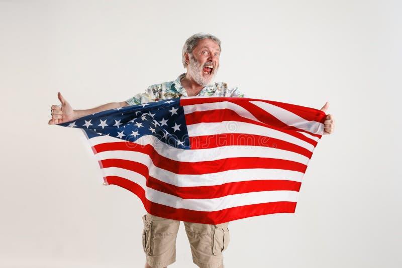Hogere mens met de vlag van de Verenigde Staten van Amerika royalty-vrije stock foto