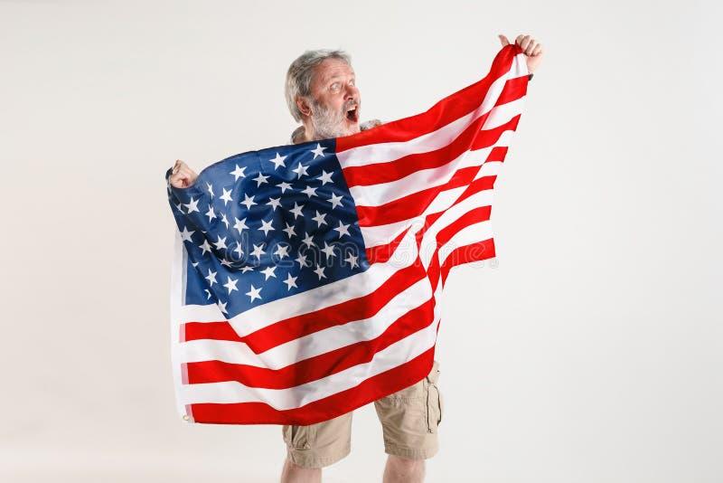 Hogere mens met de vlag van de Verenigde Staten van Amerika royalty-vrije stock foto's