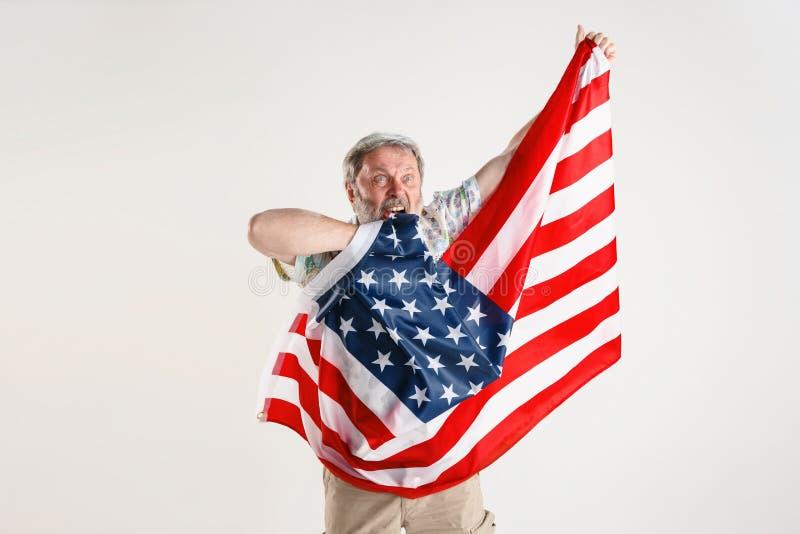 Hogere mens met de vlag van de Verenigde Staten van Amerika stock afbeeldingen