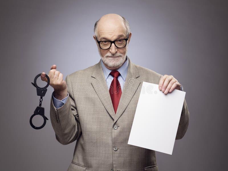 Hogere mens met handcuffs en document royalty-vrije stock afbeeldingen
