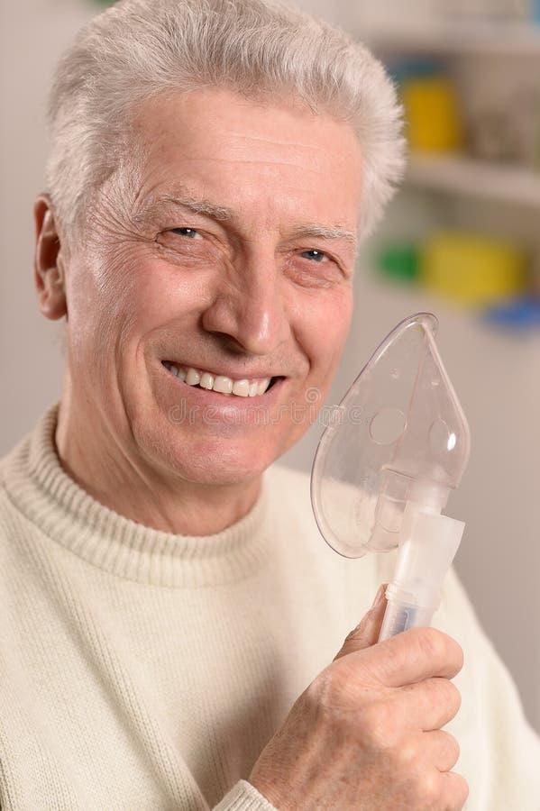 Hogere mens met inhaleertoestel royalty-vrije stock afbeeldingen