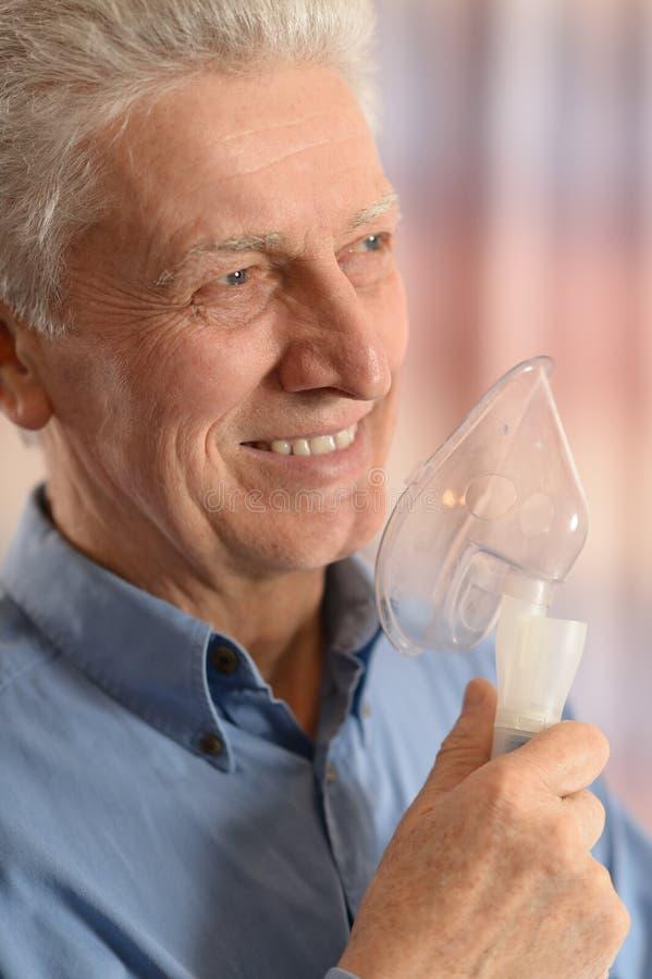 Hogere mens met inhaleertoestel royalty-vrije stock afbeelding
