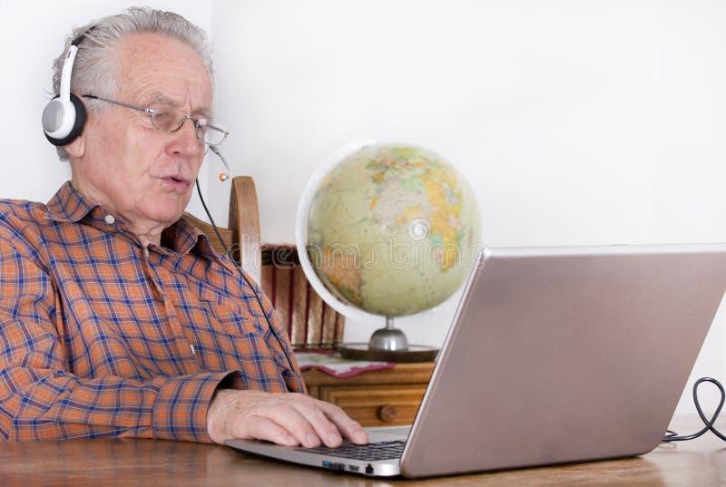 Hogere mens met laptop stock afbeelding