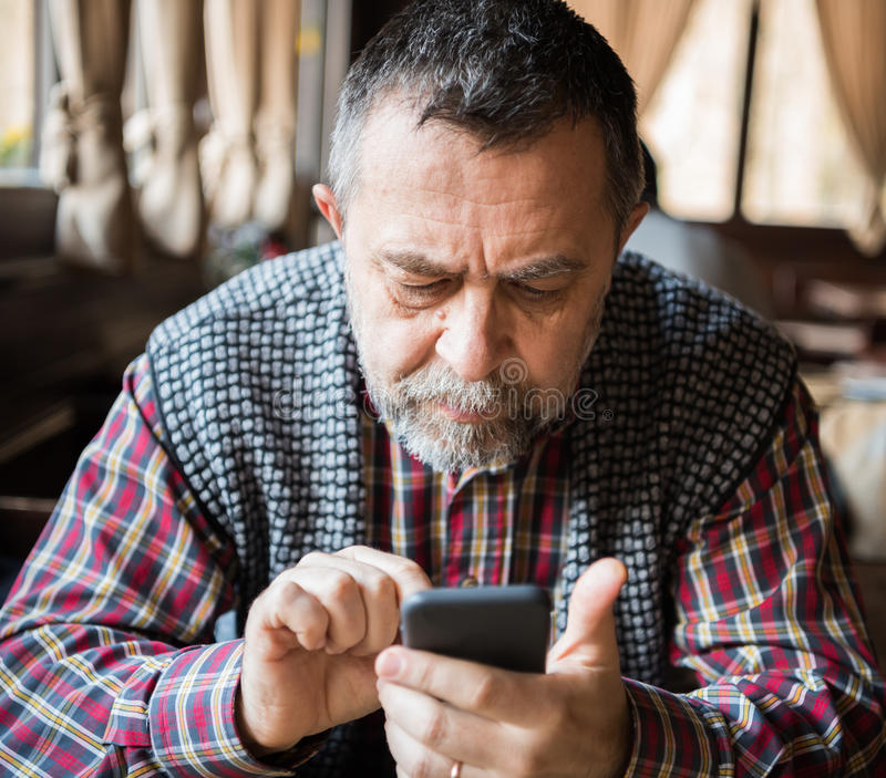 Hogere Mens met Slimme Telefoon stock foto's