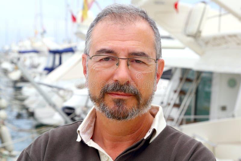 Hogere mens op de botenportret van de jachthavensport stock foto