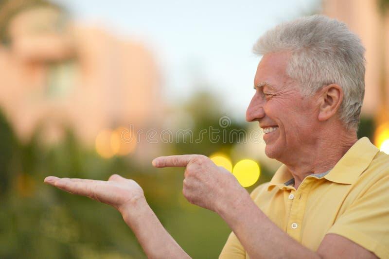 Hogere mens op een gang stock fotografie