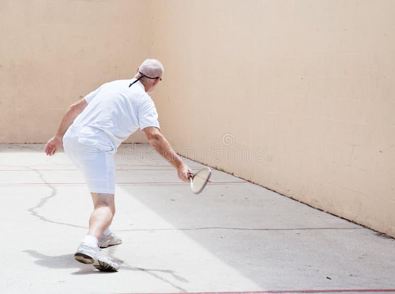 Hogere Mens op het Hof van het Racketball royalty-vrije stock foto's