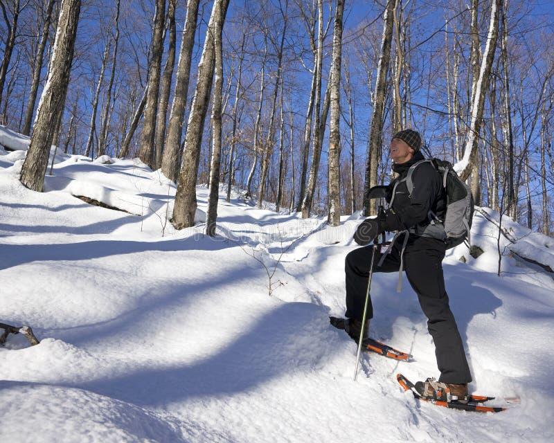 Hogere Mens op Sneeuwschoenen stock afbeelding