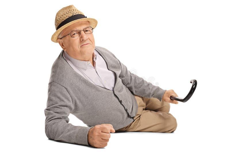 Hogere mens in pijn op de vloer royalty-vrije stock fotografie