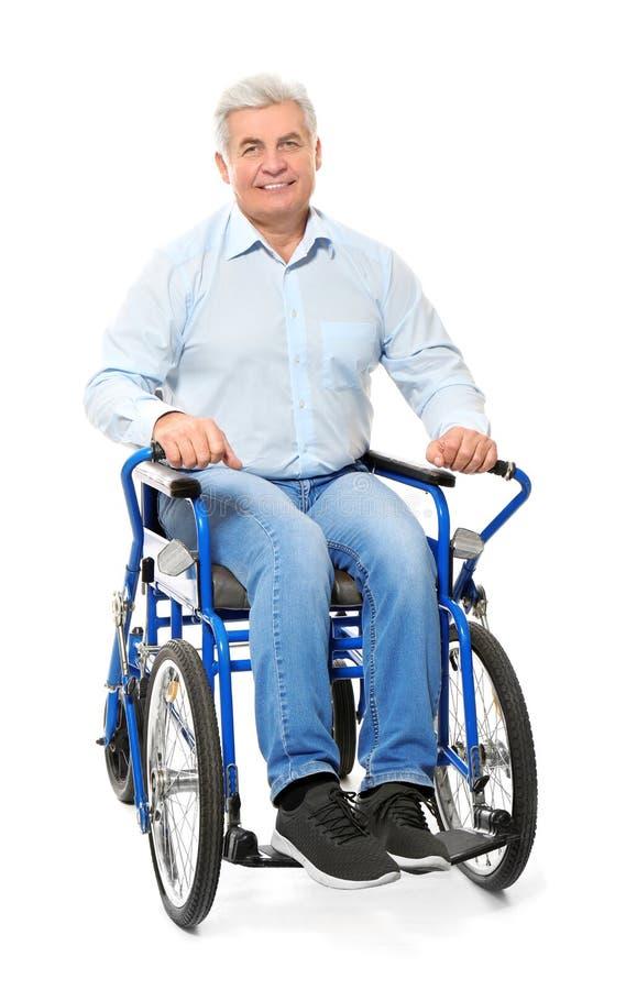 Hogere mens in rolstoel stock foto