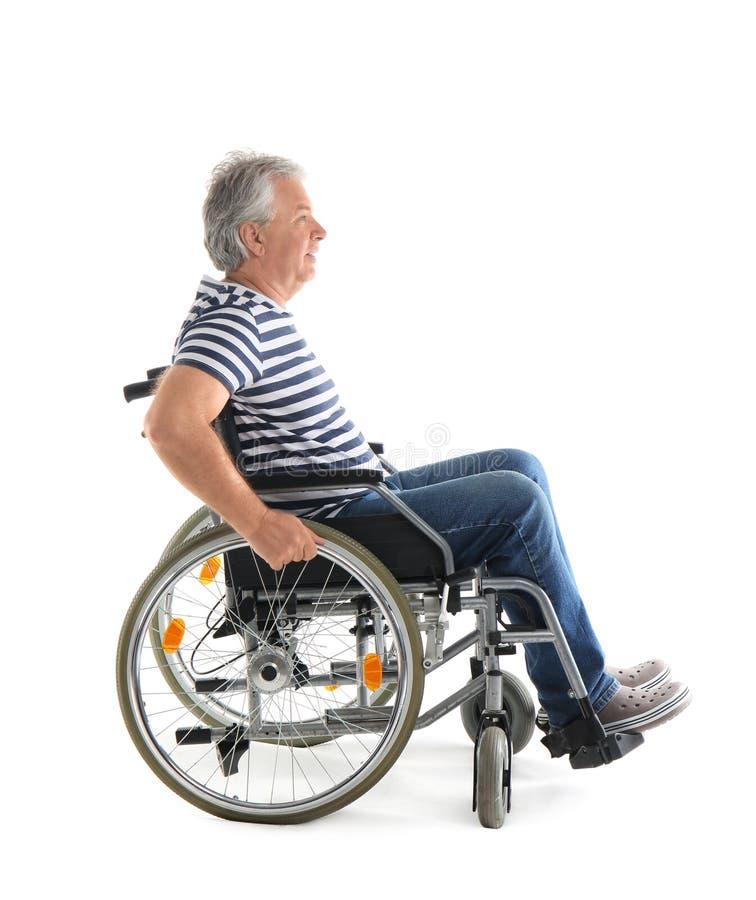 Hogere mens in rolstoel op witte achtergrond royalty-vrije stock afbeelding