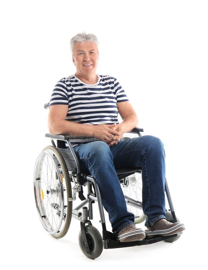 Hogere mens in rolstoel op witte achtergrond royalty-vrije stock afbeeldingen