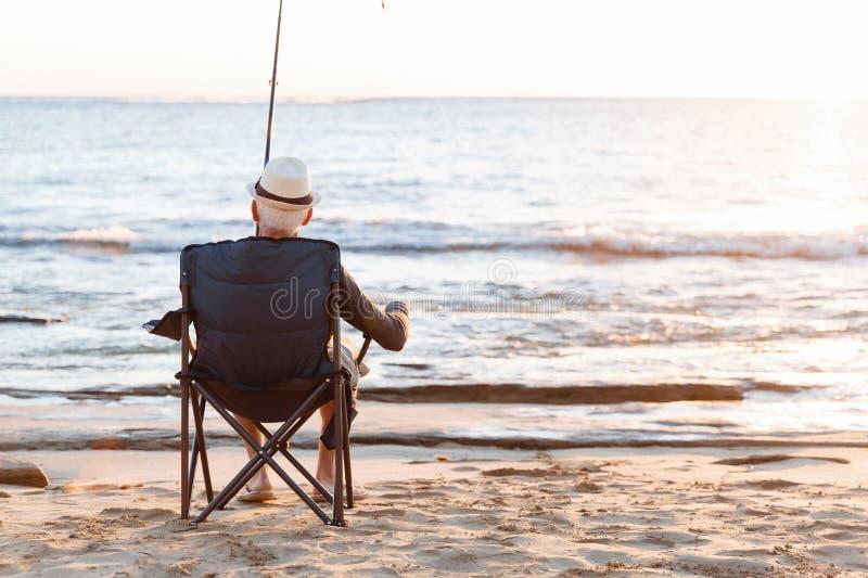Hogere mens visserij op zee kant royalty-vrije stock foto's