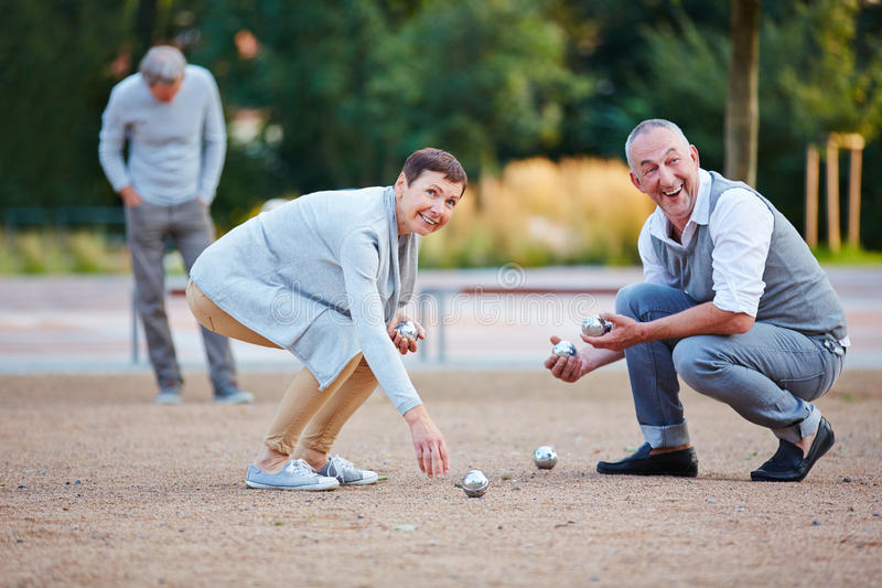 Hogere mensen die boule opheffend ballen spelen stock afbeelding