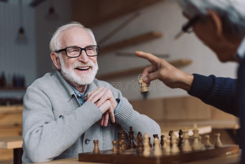 Hogere mensen die schaak spelen royalty-vrije stock foto