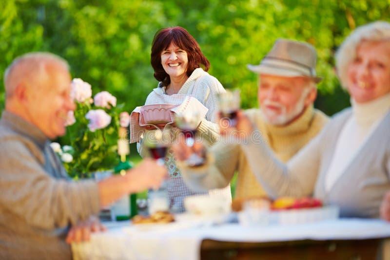 Hogere mensen die verjaardag met wijn vieren royalty-vrije stock afbeeldingen
