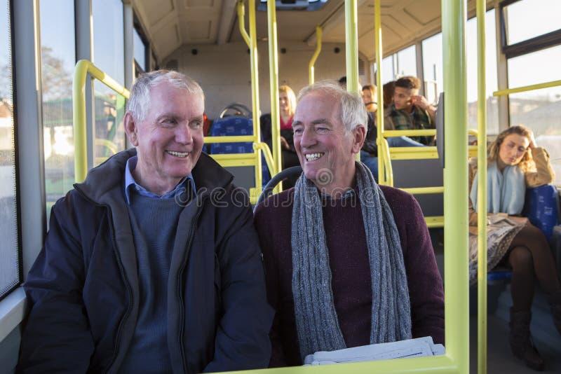 Hogere mensen op de bus stock fotografie