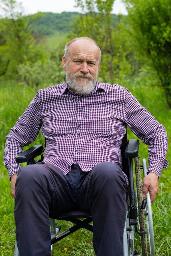 Hogere mensen in rolstoel stock fotografie