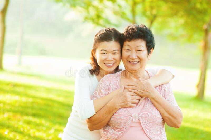 Hogere moeder en volwassen dochter royalty-vrije stock afbeeldingen