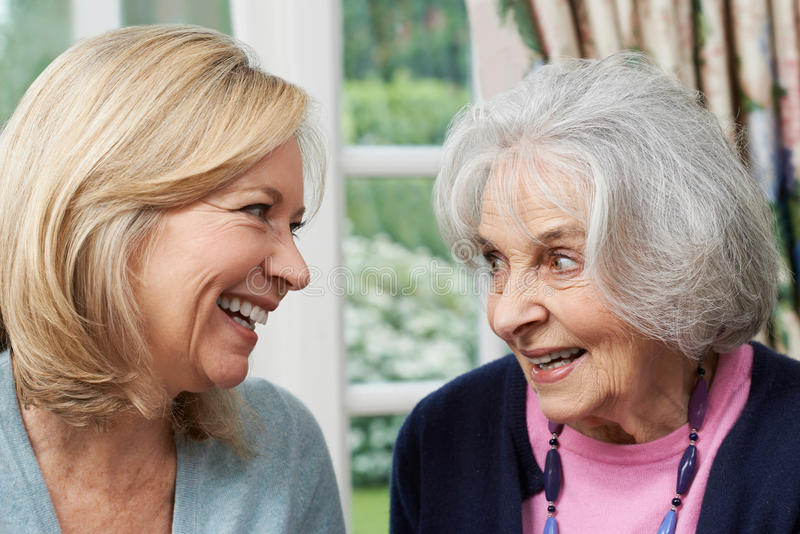 Hogere Moeder en Volwassen Dochter die samen spreken royalty-vrije stock afbeeldingen