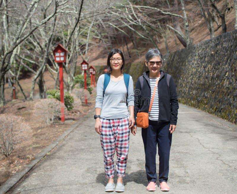 Hogere moeder en volwassen dochter die zich op de weg bevinden royalty-vrije stock afbeeldingen