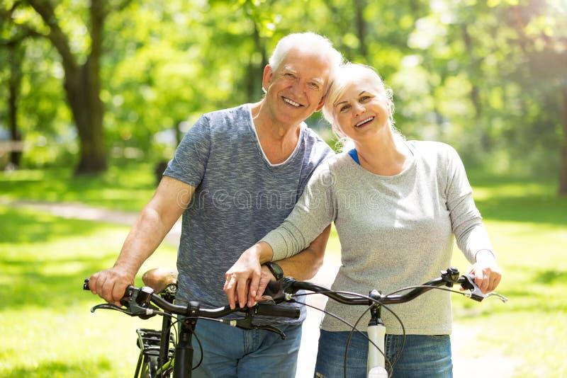 Hogere paar berijdende fietsen royalty-vrije stock foto's