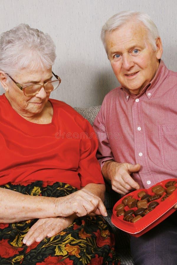 Hogere paar en chocolade royalty-vrije stock fotografie