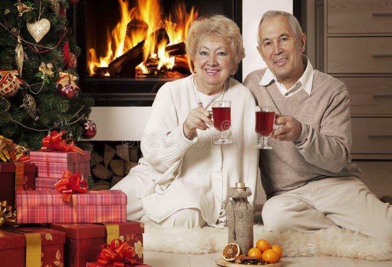 Hogere paar het vieren Kerstmis samen royalty-vrije stock afbeeldingen