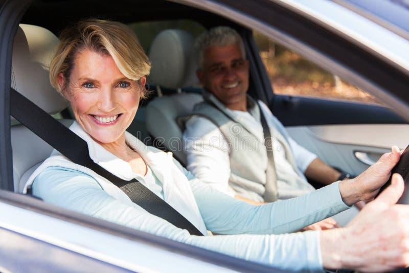 Hogere paar reizende auto royalty-vrije stock foto