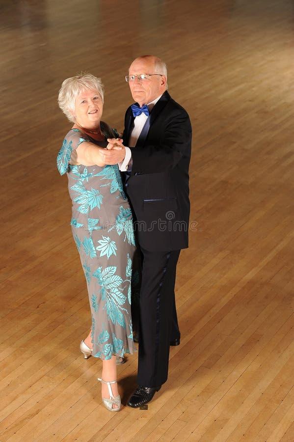 Hogere paarballroom dansen royalty-vrije stock foto's