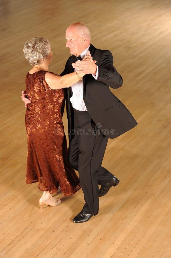 Hogere paarballroom dansen stock afbeelding