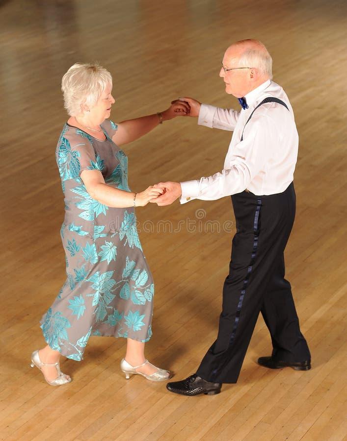Hogere paarballroom dansen stock fotografie