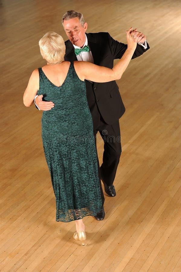 Hogere paarballroom dansen stock afbeeldingen